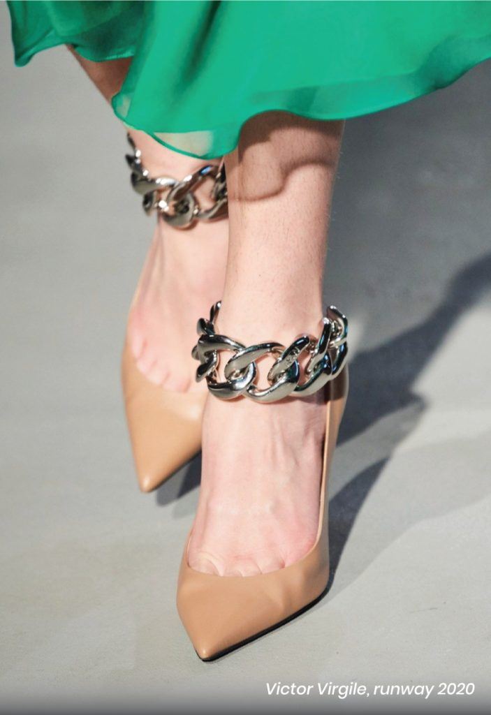 Fall Heel Trends From The Runway To Your Feet. Nº21, runway of 2020. Metal chain beige pumps.